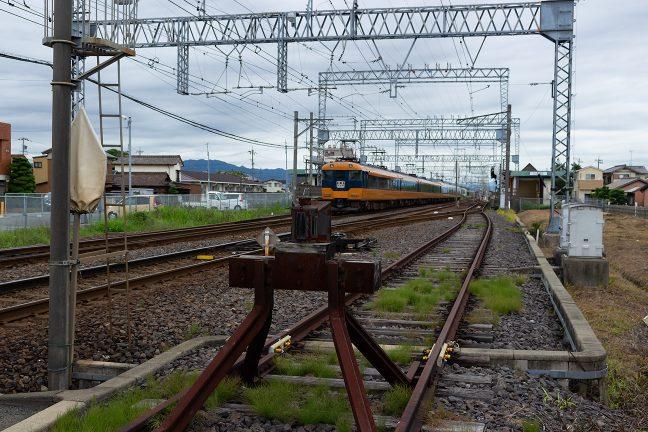 櫛田駅を通過していく旧塗色の名古屋行き12000系特急