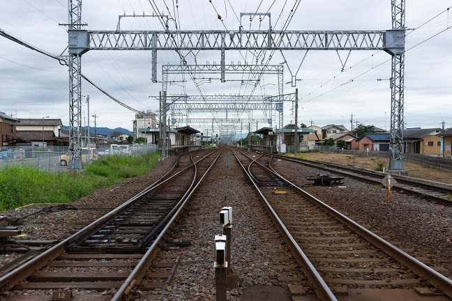 相対式2面2線に通過線2本、留置線1本を備えた櫛田駅の構内