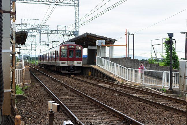 相対式2面2線の標準的なローカル駅・漕代駅に到着