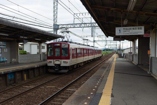 伊勢中川行きの普通列車が発着