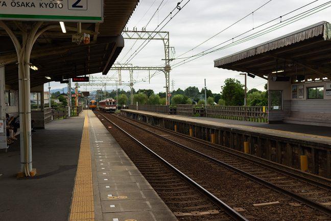 特急・急行が、斎宮駅で行き違い