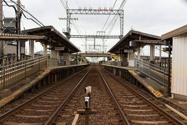 相対式2面2線のホームは標準的なローカル駅の雰囲気