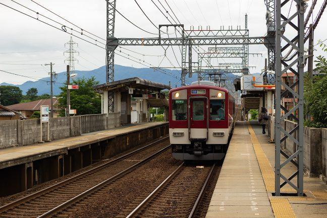 伊勢中川行きの普通列車が到着