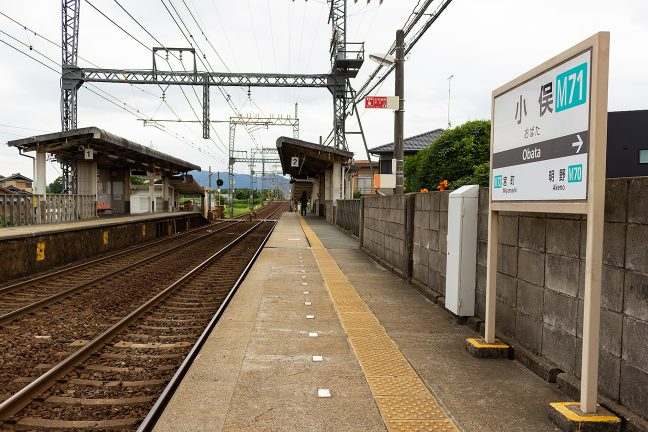 上り線側から眺める小俣駅構内