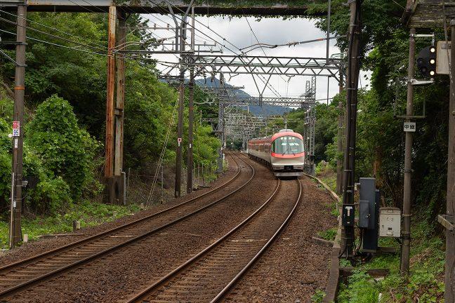五十鈴川方から朝熊駅に進入する伊勢志摩ライナー
