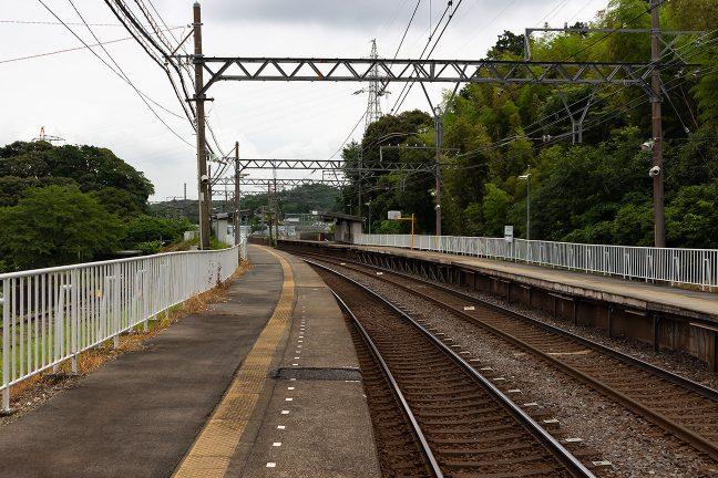 朝熊駅と同様に曲線に設けられた池の浦駅