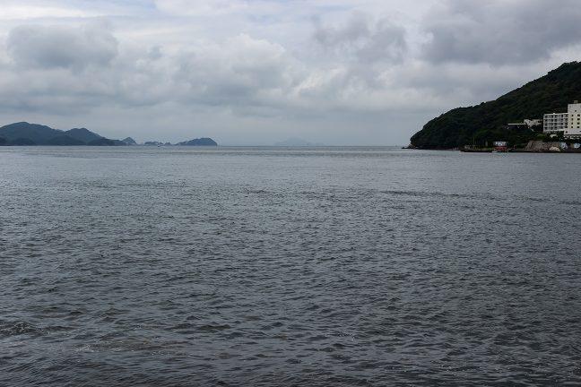彼方に神島を望む鳥羽港で一休み