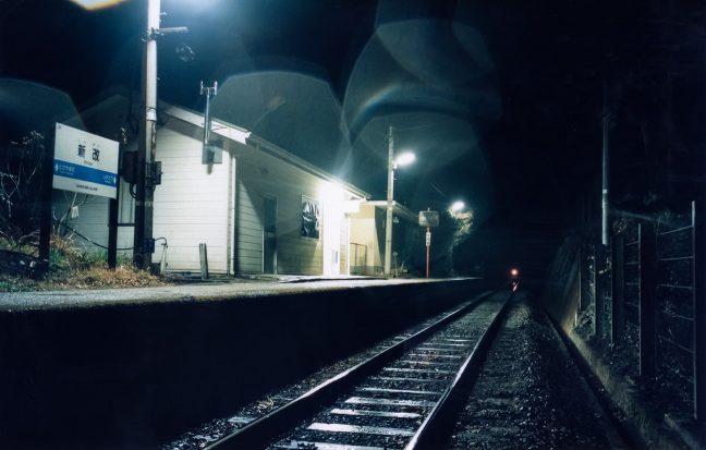訪れる者も居ない雨の新改駅の夜