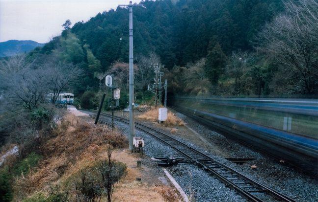 早朝の新改駅で普通列車と特急が行違う