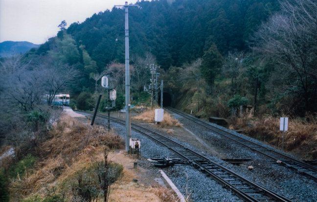 普通列車のヘッドライトが灯り出発の時が来た