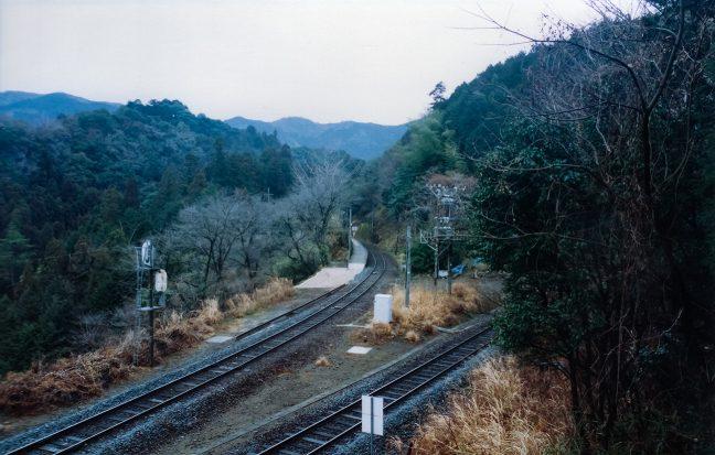 民家跡のある斜面から見下ろした新改駅