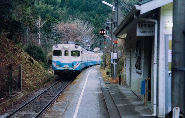 スイッチバックして新改駅に進入する普通列車