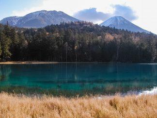 オンネトーから望む雌阿寒岳(北海道:2002年10月)