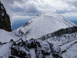 雌阿寒岳から望む阿寒富士(北海道:2002年10月)