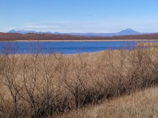 シラルトロ湖から望む雌阿寒岳と雄阿寒岳(北海道:2002年11月)