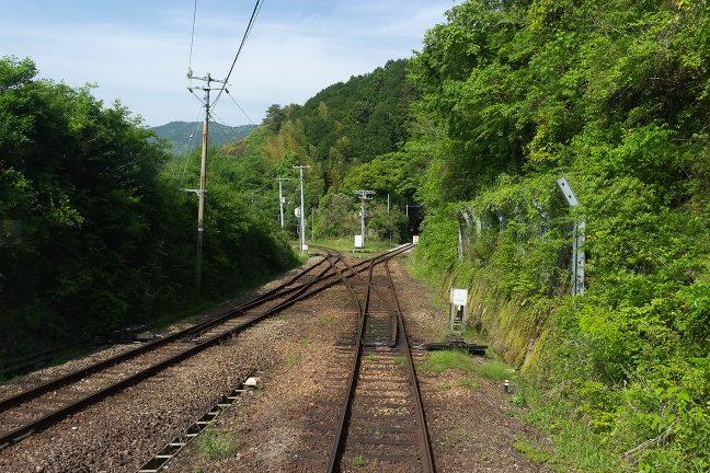 停車列車はZ字型のスイッチバックで進行していく様が分かる