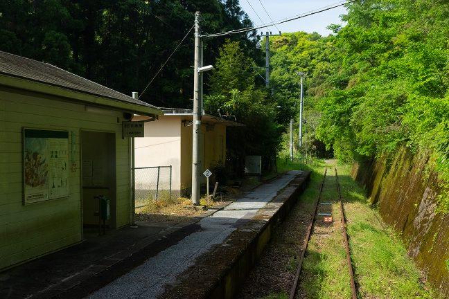 無人の駅舎と機械室がある新改駅