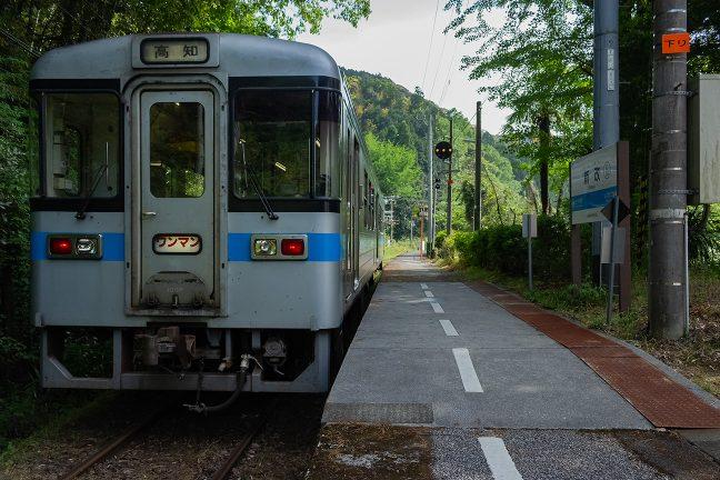 停車列車の多くは行き違いの為に長時間停車する