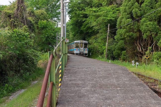 本線側のホーム末端から停車中の阿波池田行きを眺める