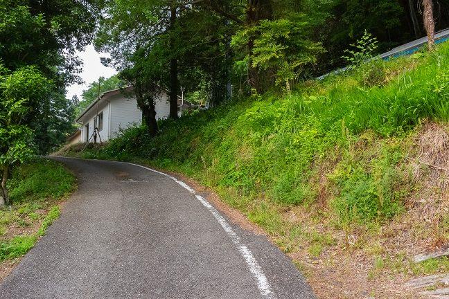 駅前はすぐに急勾配の坂道となって集落に下っていく