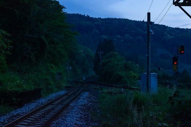 駅周辺の廃屋につながっていた通路から本線を眺める