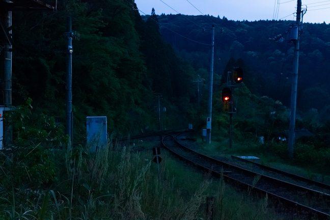暮れ始めた新改駅に信号の明かりだけが浮かび上がる