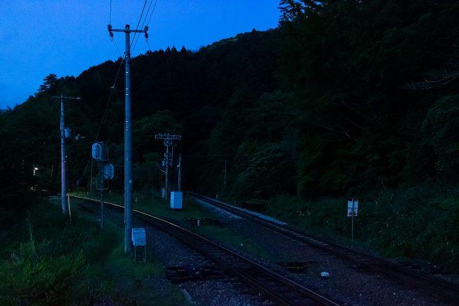 新改駅のホームの照明が暮れかけた山間を照らす
