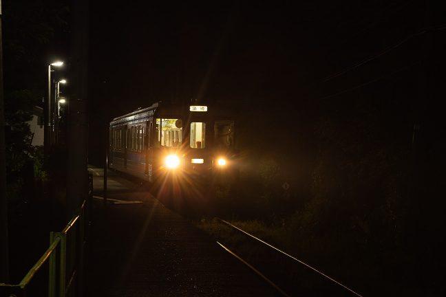 高知を越えて須崎まで足を延ばす普通列車が新改駅を出発していく