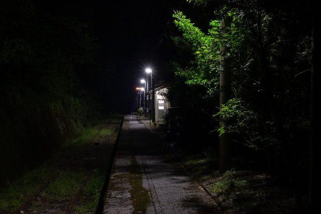 夜の帳と明かりを友に、旅情駅のホームで一人佇む至福のひと時