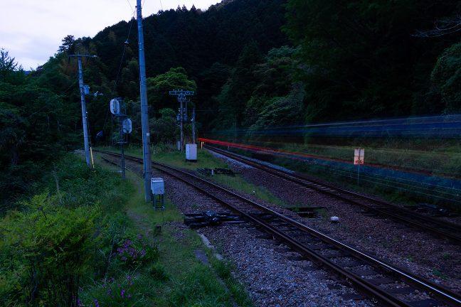 一夜明けた早朝、高松方面に向かう始発の特急列車が通過していった