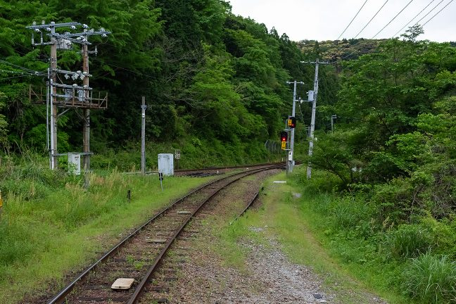 ホームに至る線路のすぐ横にも踏み跡があり信号機の下の斜面に廃屋があった