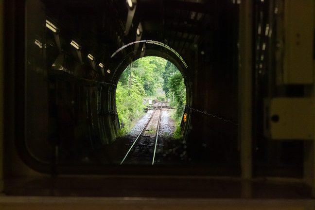 トンネル内部から新改駅のポイントを眺める