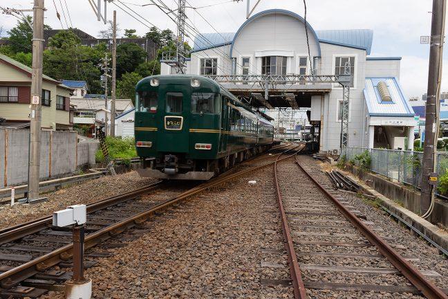 クラブツーリズム専用列車の「かぎろひ」号が中之郷駅を通過していく
