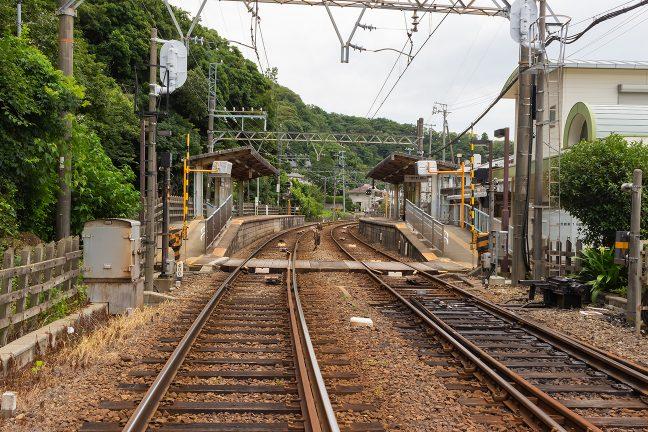 構内踏切を備えた相対式2面2線駅の志摩赤崎駅