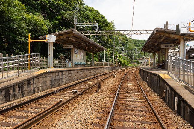 昼下がりの無人駅には列車を待つ若者が一人佇んでいた