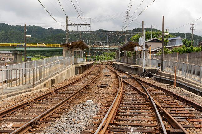 相対式2面2線で行き違い可能な船津駅