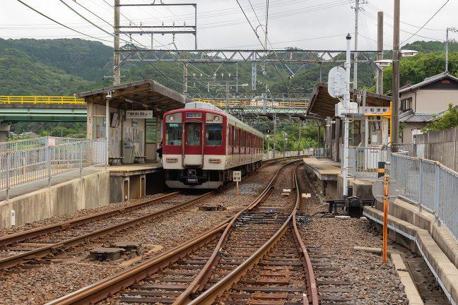 船津駅に停車する賢島行き普通列車