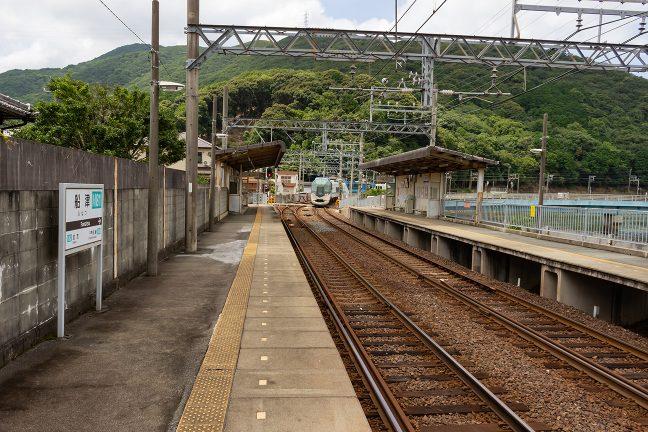 船津駅に進入する賢島行き「しまかぜ」