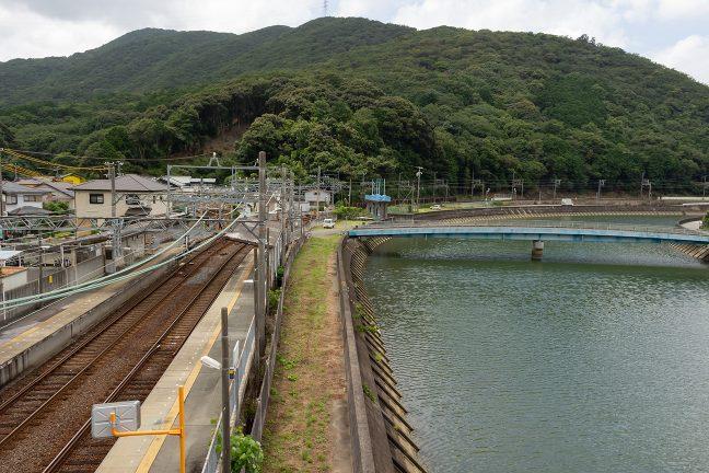 賀茂川沿いの岸壁ぎりぎりに設けられた船津駅