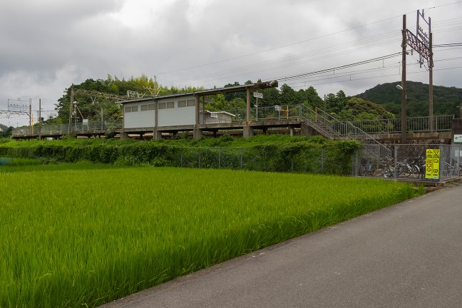 田園を貫く築堤上に設けられた加茂駅