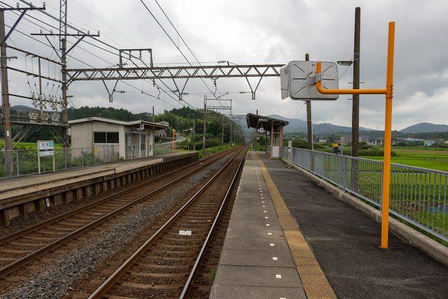 複線区間に設けられた相対式2面2線ホームの加茂駅