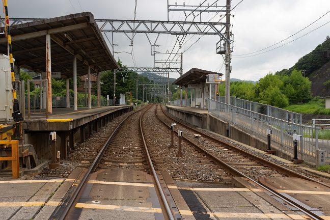 丘陵に沿った集落内の松尾駅