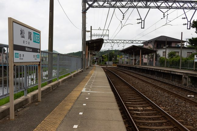 松尾駅は上下ホームの上屋だけで簡素なつくり