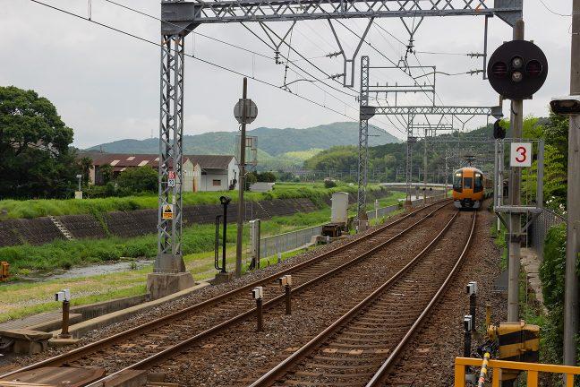 松尾駅に進入してくる賢島行きの特急
