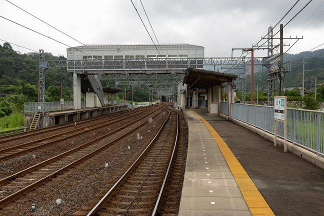 跨線橋も備えた大型駅だが、無人化されており、人の姿は無かった