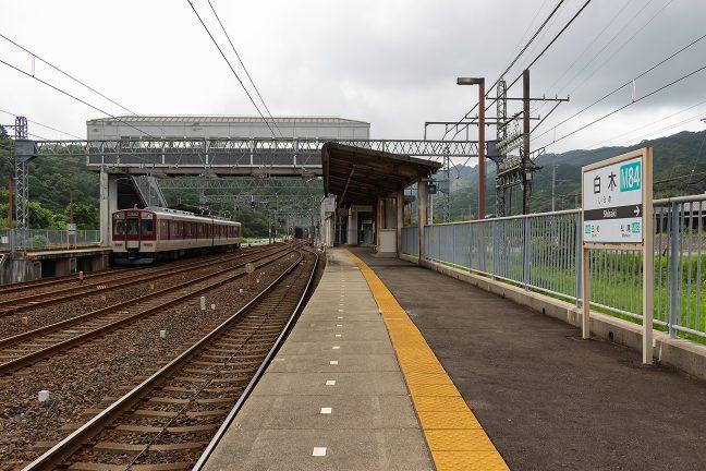 広い構内を持つ白木駅に2両編成の普通列車がちょこんと停車していた