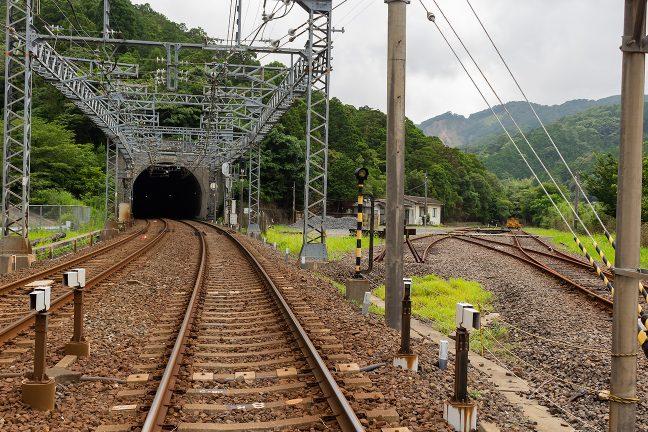 五知峠に向かっていた旧線跡が保線基地となっていた