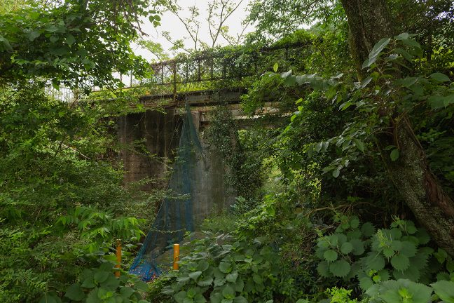 水路をまたぐ橋梁跡には、鉄道の痕跡が色濃く残っている