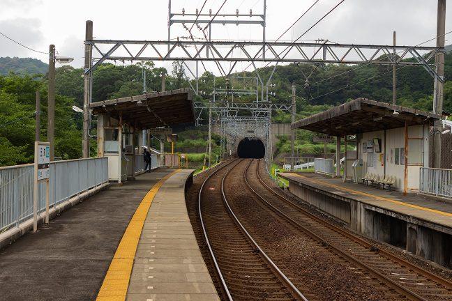 青峰トンネルの坑口が間近い五知駅