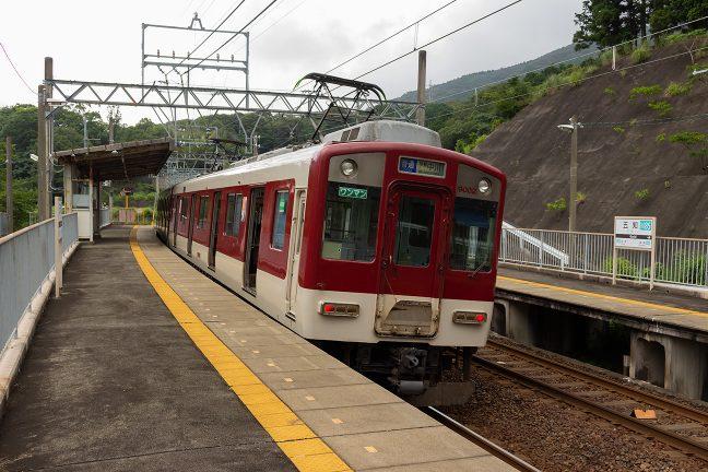 カーブ上の五知駅に停車する伊勢中川行き普通列車